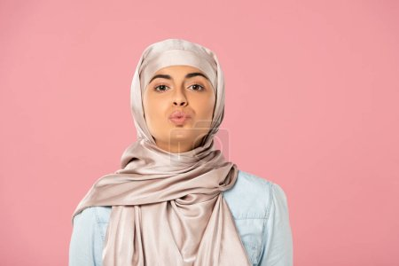 Photo pour Fille musulmane attirante dans le baiser de hijab d'isolement sur le rose - image libre de droit