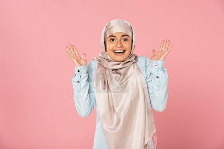 Photo pour Belle femme musulmane excitée étonnée belle dans le hijab, d'isolement sur le rose - image libre de droit