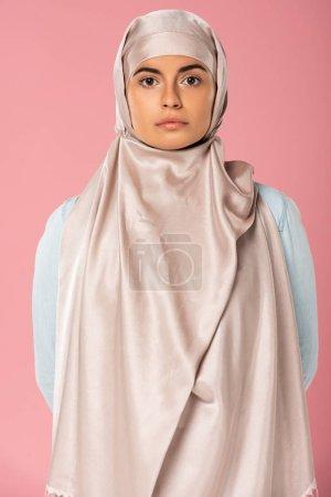 Photo pour Portrait d'une jolie fille musulmane en hijab, isolée sur rose - image libre de droit