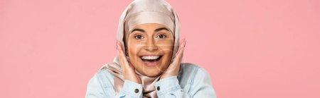 Photo pour Belle fille musulmane excitée en hijab, isolée sur rose - image libre de droit
