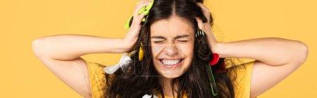 Photo pour Fille frustrée avec des déchets dans les cheveux isolés sur jaune - image libre de droit