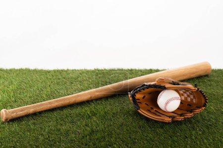 Photo pour Baseball bat, gant et balle sur gazon vert isolé sur fond blanc, concept de paris sportifs - image libre de droit