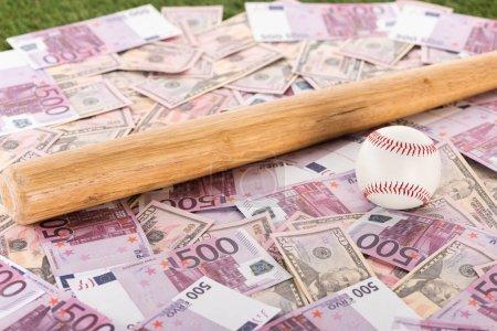 Photo pour Focalisation sélective de la batte et du ballon de baseball sur les billets en euros et en dollars, concept de paris sportifs - image libre de droit