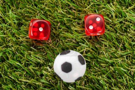 Photo pour Dice et jouet ballon de soccer sur gazon vert, concept de paris sportifs - image libre de droit