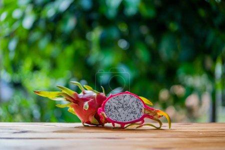 Photo pour Fruit de Dragon ou pitaya sur la table en bois - image libre de droit
