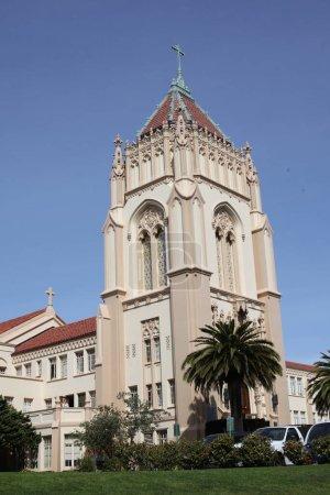 Photo pour Église dans la ville, vue rapprochée - image libre de droit