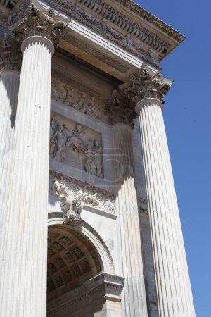 Photo pour Façade du bâtiment historique sur la rue à Milan, en italie - image libre de droit