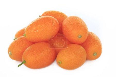 Photo pour Tas de fruits exotiques frais kumquat isolé sur fond blanc - image libre de droit