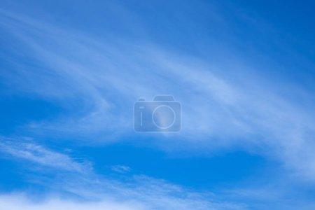 Photo pour Ciel nuageux bleu, papier peint abstrait - image libre de droit