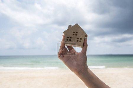 Foto de Tiro recortado de mujer sosteniendo modelo de madera de la casa - Imagen libre de derechos