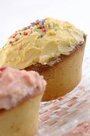 Foto de Tasty mini cakes on background,close up - Imagen libre de derechos