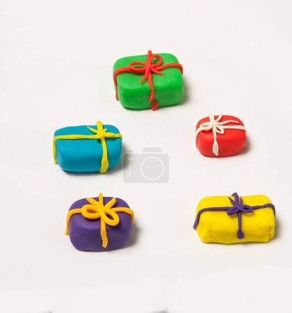 Photo pour Boîtes-cadeaux, jouer à la pâte - image libre de droit