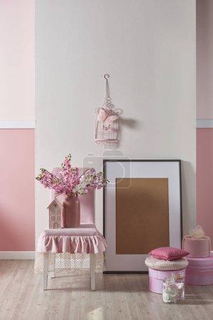 Photo pour Rose, blanc mur et décoration design d'intérieur avec des fleurs pour la salle de foyer et des enfants, design pour chambre à coucher - image libre de droit
