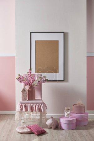 Photo pour Rose, mur blanc et décoration intérieure avec des fleurs pour la maison et la chambre des enfants, design pour la chambre - image libre de droit