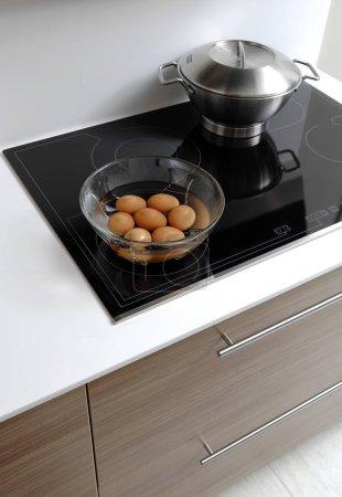 Photo pour Cuisine moderne avec des œufs - image libre de droit