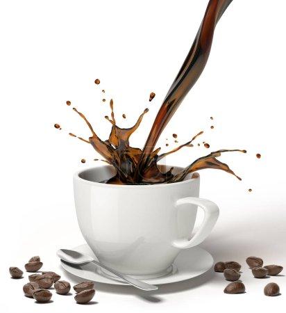 flüssigen Kaffee gießen und in einer weißen Tasse auf Untertasse und Löffel spritzen, mit ein paar Kaffeebohnen herum auf dem Boden.