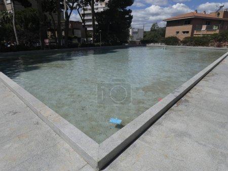 embalse, piscina en un parque urbano, similar a una piscina