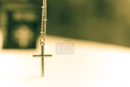 Photo pour Or Christ croix dentelle avec sainte bible, couverture noire. Religion européenne conceptuelle pour la foi, la prière et l'espérance chrétiennes - image libre de droit
