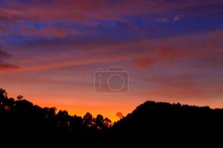 Photo pour Ciel crépusculaire coloré au crépuscule ou à l'aube avec silhouette de montagne - image libre de droit