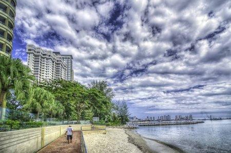 Foto de Cielo dramático en la playa de la ciudad - Imagen libre de derechos