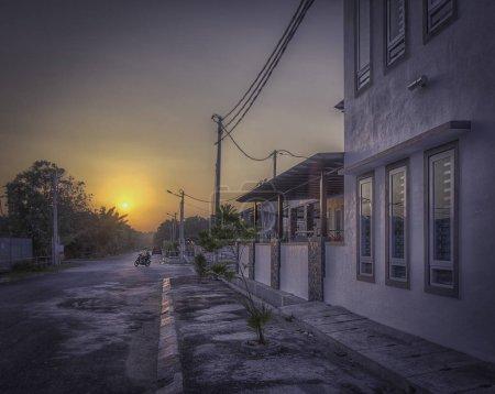 Photo pour Lever de soleil tranquille à la rue résidentielle - image libre de droit