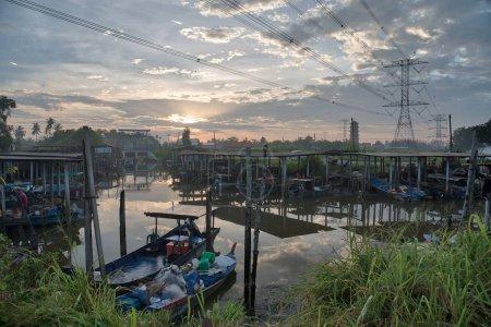 Foto de Amanecer en el pueblo de pescadores - Imagen libre de derechos
