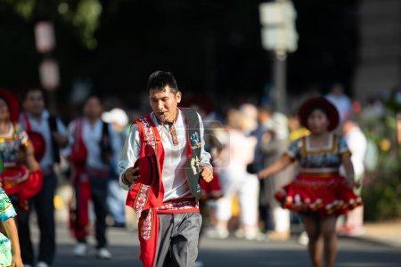 Photo pour Washington, D.C., États-Unis-29 septembre 2018: la Fiesta DC Parade, homme bolivien portant des vêtements traditionnels dansant - image libre de droit
