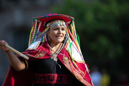 Photo pour Washington, D.C., États-Unis-29 septembre 2018: la Fiesta DC Parade, femme bolivienne portant des vêtements traditionnels agitant le drapeau bolivien - image libre de droit