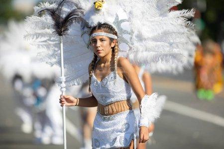 Photo pour Washington, D.C., États-Unis-29 septembre 2018: la Fiesta DC Parade, femme de Bolivie portant des vêtements traditionnels avec des coiffures en forme d'un aigle avec des plumes - image libre de droit