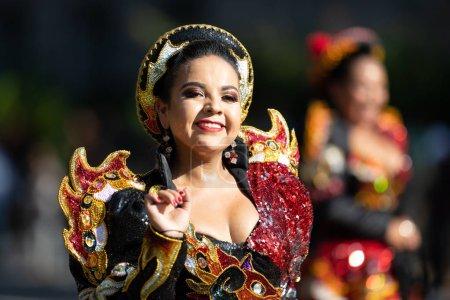 Photo pour Washington, D.C., États-Unis-29 septembre 2018: la Fiesta DC Parade, les femmes boliviennes portant des vêtements traditionnels effectuant une danse traditionnelle de la Bolivie - image libre de droit