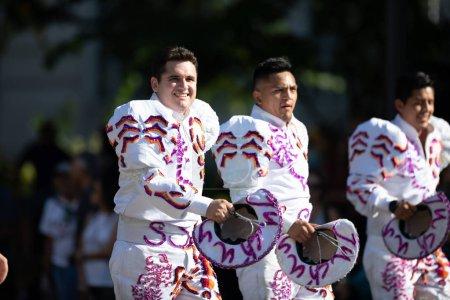 Photo pour Washington, D.C., États-Unis-29 septembre 2018: la Fiesta DC Parade, les hommes boliviens portant des vêtements traditionnels effectuant une danse traditionnelle bolivienne - image libre de droit