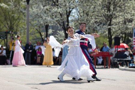 Photo pour Chicago, Illinois, États-Unis - Le 05 mai 2018 Les membres de l'ensemble Polonia, polish folk song and dance, portant des vêtements traditionnels, exécutent des danses traditionnelles polonaises au Grant Park, après le défilé de la fête de la Constitution polonaise . - image libre de droit