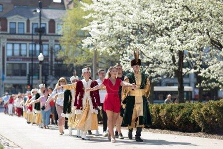 Photo pour Chicago, Illinois, États-Unis - Le 05 mai 2018 Des membres de Polonia, un ensemble de chants folkloriques et de danses polonaises, vêtus de vêtements traditionnels, exécutent des danses polonaises traditionnelles avec les spectateurs au Grant Park, après le Jour de la Constitution polonaise Par - image libre de droit