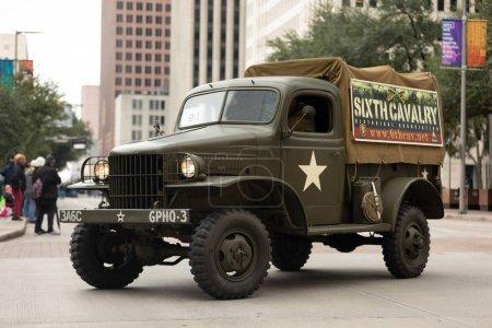Photo pour Houston, Texas, USA-11 novembre, 2018: The American Heroes Parade, un GMC CCKW, WW2 véhicule militaire, en descendant la rue - image libre de droit
