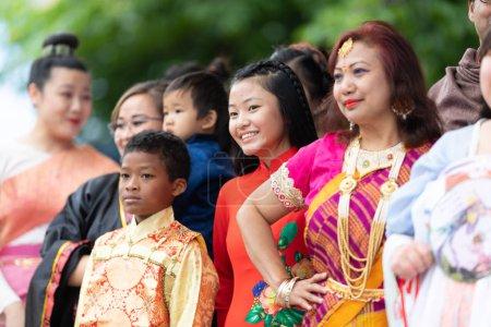 Photo pour Grand Rapids, Michigan, États-Unis - 15 juin 2019 : Festival Asie-Pacifique, Des gens de différents pays asiatiques portant des vêtements traditionnels lors d'un défilé de mode au Rosa Parks Circle - image libre de droit