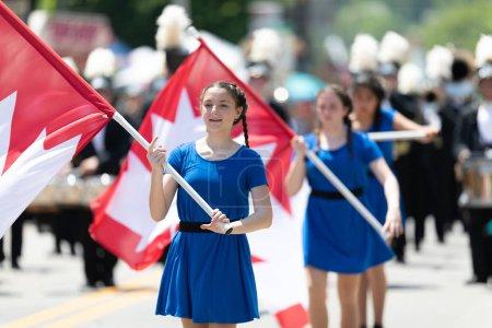 Photo pour Buckhannon, Virginie-Occidentale, États-Unis - Le 18 mai 2019 : Festival de la fraise, fanfare du Diplomates Drum and Bugle Corps de Windsor, Canada en spectacle au défilé - image libre de droit