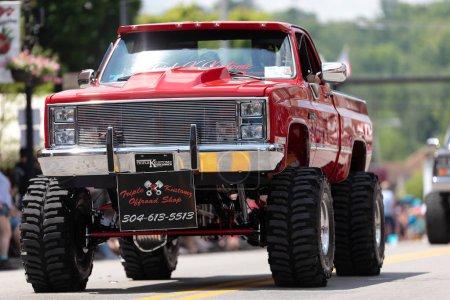 Photo pour Buckhannon, Virginie-Occidentale, Etats-Unis - 18 mai 2019: Strawberry Festival, Old Classic Truck, Gmc, être conduit le long de la rue Main pendant le défilé - image libre de droit