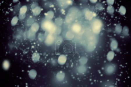 Photo pour Fond de Noël foncé avec les flocons de neige et d'étoiles scintillantes de bokeh. Nuit Abstract Glowing floue des lumières - image libre de droit
