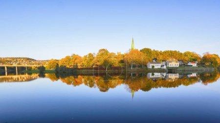 Photo pour Rivière Nidelva, le pont sur le fleuve et la cathédrale Nidarosdomen dans la ville norvégienne trondheim - image libre de droit