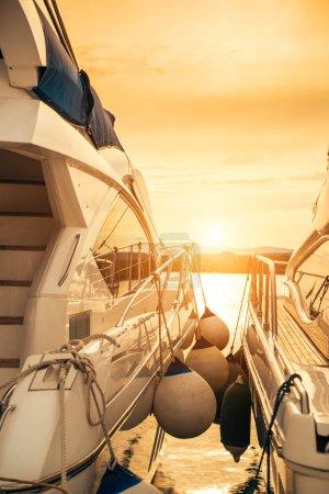 Photo pour Yacht de luxe sur quai - image libre de droit