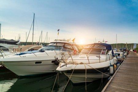 Photo pour Yachts sur le quai - image libre de droit