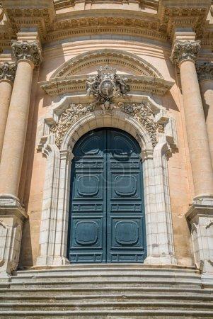 Photo pour Entrée principale du Duomo de Saint George à Rgusa Ibla, Sicile, Italie méridionale. - image libre de droit