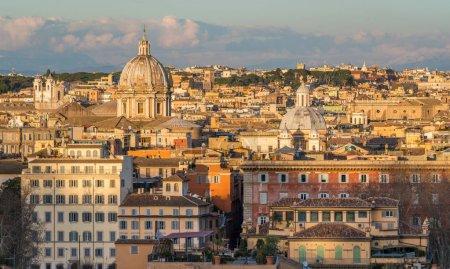 Photo pour Panorama depuis la terrasse Gianicolo avec le dôme de l'église Sant'Andrea della Valle à Rome, Italie . - image libre de droit