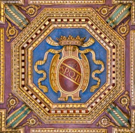 Armoiries du SPQR au plafond des Musées du Capitole à Rome, Italie .