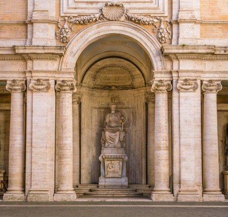 Cloître avec statue de Rome dans le Palais Conservatori sur la colline du Capitole à Rome, Italie .