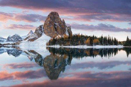 Photo pour Vue panoramique du paysage avec le ciel reflétant dans le lac avec des arbres en arrière-plan - image libre de droit