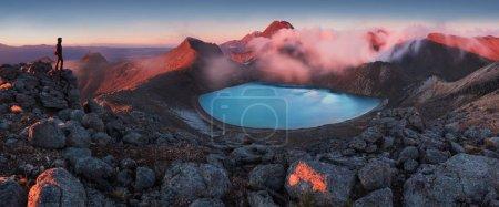 Photo pour Vue panoramique sur les rochers et la mer, montagnes en arrière-plan - image libre de droit
