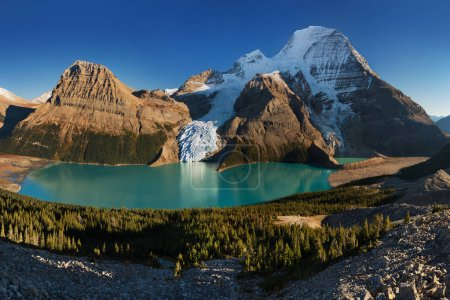 Photo pour Vue scénique des montagnes se reflétant dans l'eau - image libre de droit