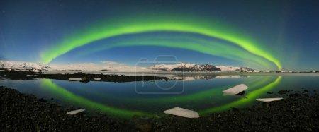 Photo pour Vue panoramique des aurores boréales vertes - image libre de droit