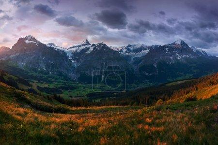 Photo pour Vue panoramique sur les champs et les montagnes sous un ciel couvert - image libre de droit